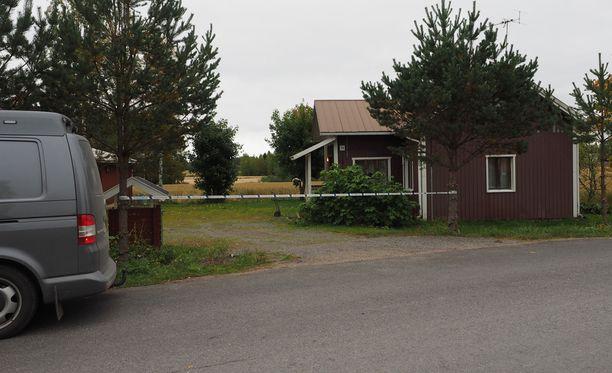 Tapahtumapaikalle menneet poliisit löysivät huonokuntoisen 70-vuotiaan naisen kotitalostaan. Nainen oli joutunut väkivallan kohteeksi, ja hänet vietiin hoitoon Tampereen keskussairaalaan hengenvaarallisessa tilassa.