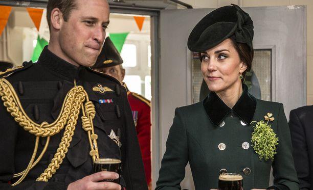 Prinssi William palasi reissultaan edustustehtäviin ja sai heti oluen käteensä.