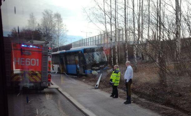 Yksi matkustajista loukkaantui lievästi.