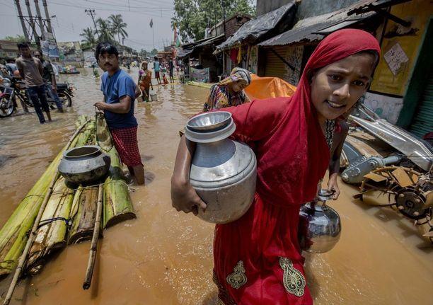 Tulvien uhrit hakivat sunnuntaina juomavettä Amtan kylässä, noin 65 kilometrin päässä Kalkuttasta.