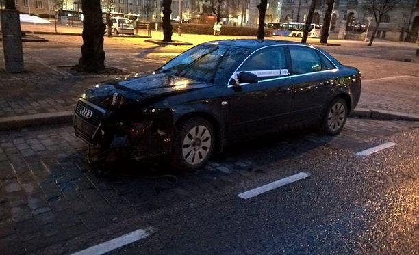 Musta Audi oli jäänyt Mikonkadulle.