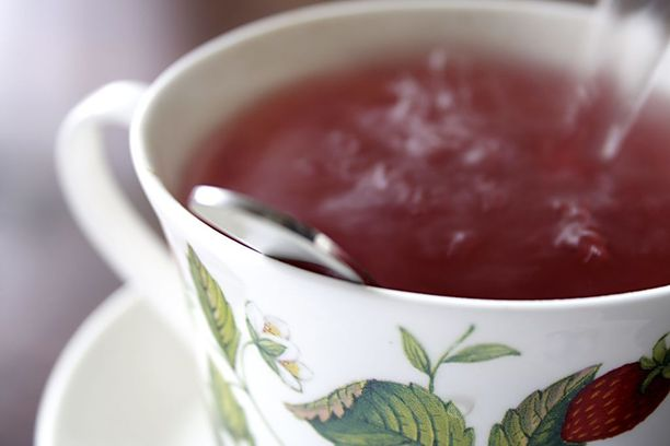 Lämmin juoma ohentaa limaa ja helpottaa yskimistä.