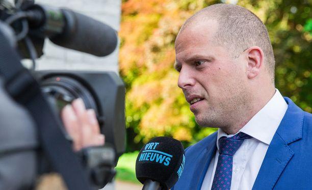 Belgian maahanmuutto- ja turvapaikka-asioiden valtiosihteeri Theo Francken kertoi tiistaina, että Belgia aikoo lakkauttaa Brysselin suuren moskeijan (La Grande mosquée) pääimaamin Abdelhadi Sewifin oleskeluluvan.