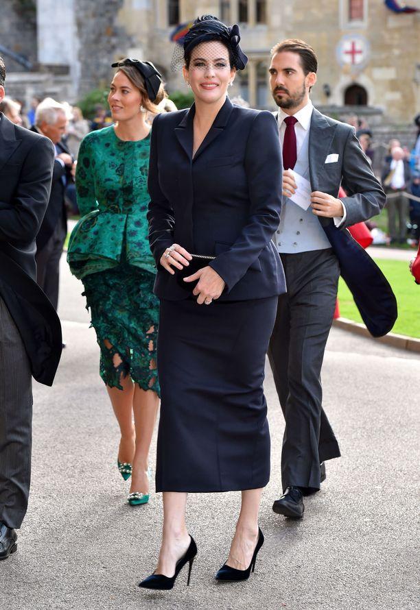 Näyttelijä Liv Tyler edustaa hillityssä Victoria Beckhamin puvussa.