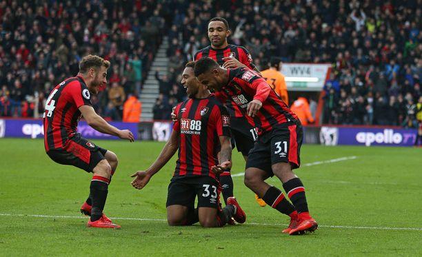 Bournemouth-pelaajat ympäröivät Jordon Iben (numero 33) voittomaalin jälkeen.