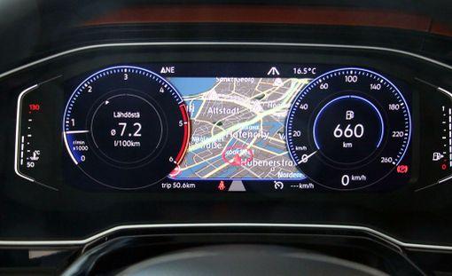Navigaattorin kartan saa näkymän vaikkapa mittareiden väliin. Digitaalinen muokattava mittaristo on vakiona Highline-versiossa.