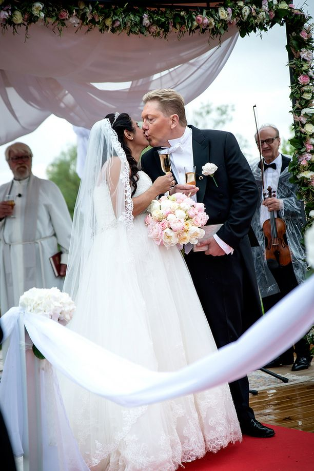 Vihkimisen jälkeen Vesa ja Jane suutelivat toisiaan raikuvien aplodien saattelemina.
