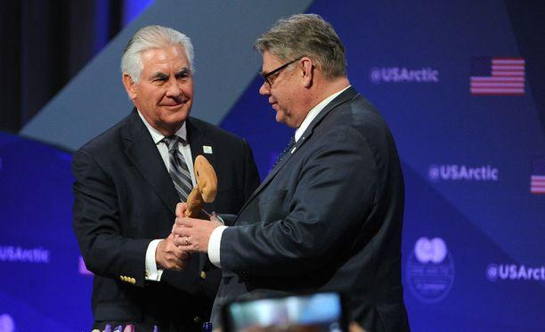 Yhdysvaltain ulkoministeri Rex Tillerson luovuttaa Arktisen neuvoston puheenjohtajuuden Suomelle ja ulkoministeri Timo Soinille.