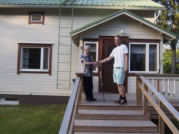 Veikko Tapio ja Arttu Hartikka kättelivät projektin päätteeksi.