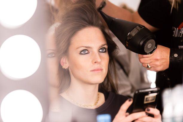 Hiusten hoitaminen on tärkeää, jos kutrit haluaa pitää kunnossa. Varmistathan aina tuotepurkin kyljestä, miten tuotetta kuuluu käyttää.