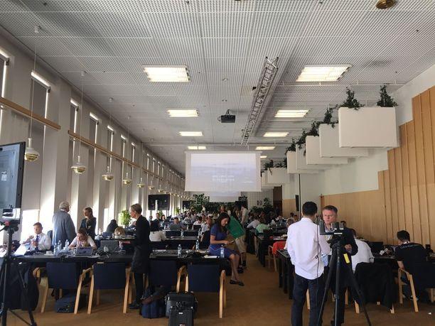 Finlandia-talon mediakeskuksessa oli työskentelytilat sadoille Suomeen saapuneille toimittajille.