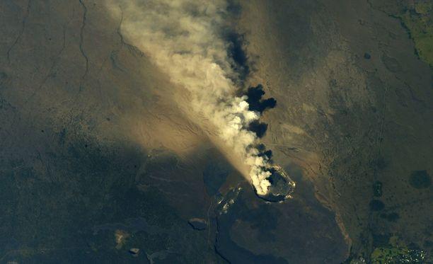 Kansainväliseltä avaruusasemalta otetussa kuvassa Kilauean purkaus näkyy selvästi.