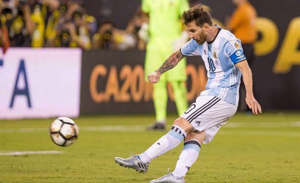 Lionel Messi pamautti pilkun taivaan tuuliin.