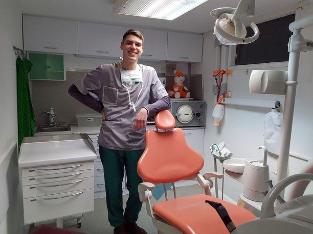 Liikkuva hammasklinikka on hammaslääkäri Andrii Pikulan ylpeyden aihe.