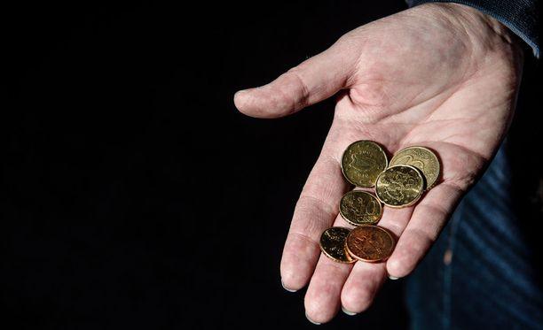 Liikaa maksettu opintotuki kannattaa palauttaa ajoissa, jotta taskun pohjalle jää muutakin kuin pari hassua kolikkoa.