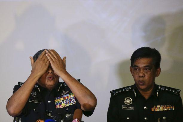 Poliisijohtaja Khalid Abu Bakar (vas.) kertoi tiedotustilaisuudessa keskiviikkona lisää tietoja Kim Jong-namin salamurhasta.