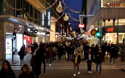 """Koronasuositukset unohtuivat Tukholman Black Friday -huumassa: """"Emme ajatelleet, että täällä olisi näin paljon ihmisiä"""""""
