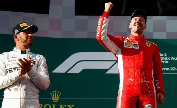 Lewis Hamilton (vas.) joutui tunnustamaan Sebastian Vettelin paremmakseen Australiassa.