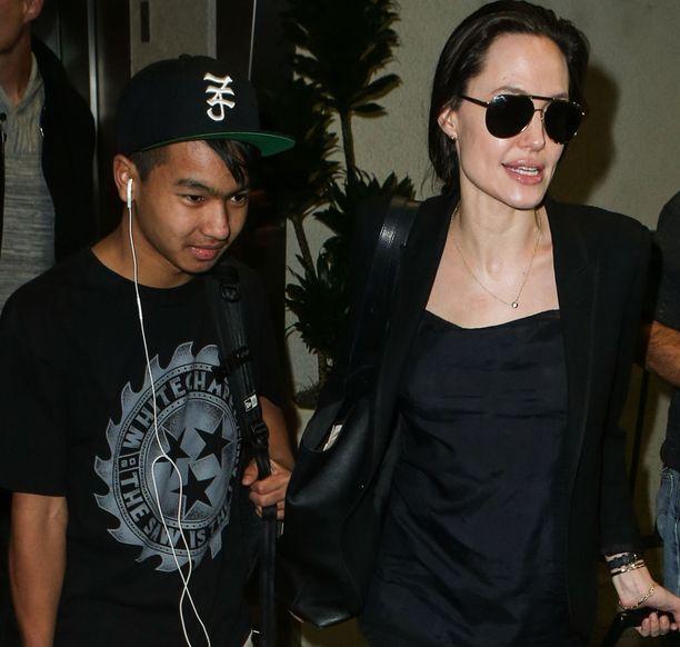 Angelina Jolie Los Angelesin lentokentällä huhtikuussa elokuvassa mukana olevan poikansa Maddoxin kanssa.