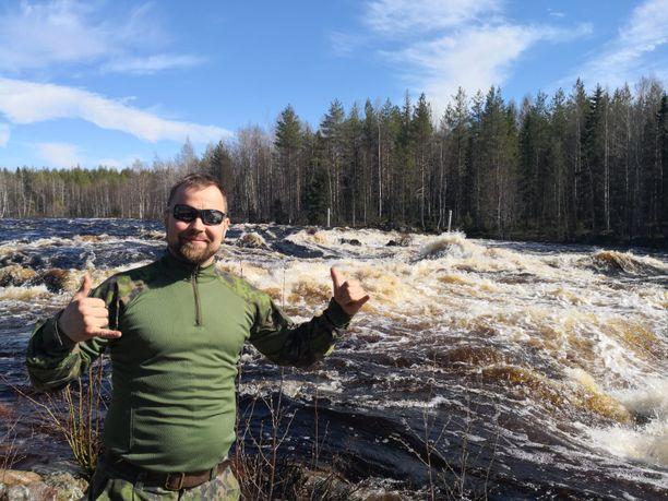 """Vaikka töiden puolesta Juha-Pekka """"J-P"""" Mikkolan täytyy joskus vetää päälle Bossin puku, on oma lempivaate edelleen maastohousut."""