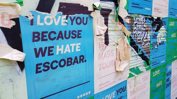 Pablo Escobarin vastustajat ovat liimanneet hänen viimeisen piilopaikkansa seinään iskulauseitaan. Escobar kuoli rakennuksen katolle.