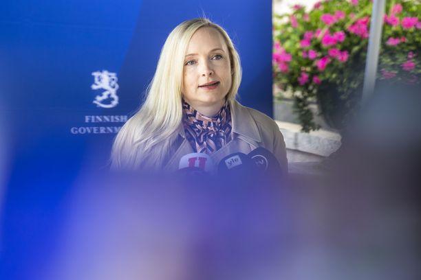 Sisäministeri Ohisalo totesi torstaina, että hallitus tarkastelee poliisien määrärahatarvetta.