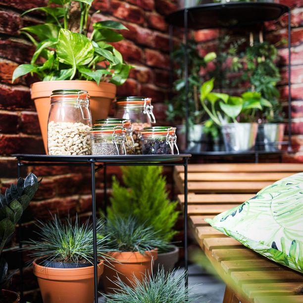 Parhaan säväyksen parveke- ja terassikukille tai yrteille antavat yksinkertaiset saviruukut. Mielenkiintoisia asetelmia voi myös luoda lasipurkkeihin laitetuilla erilaisilla koristekivillä. Musta tarjotinpöytä 19,95 euroa.