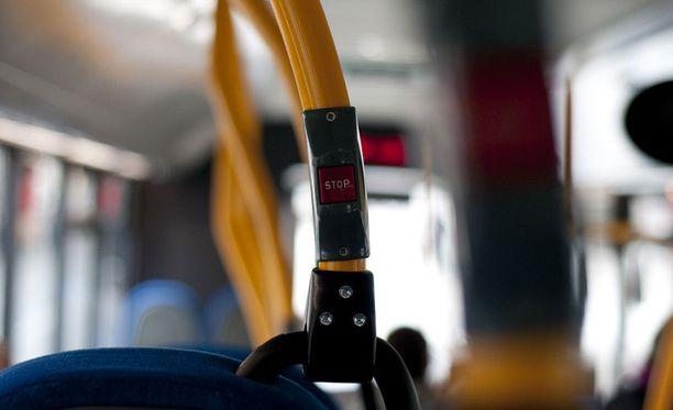 Brittimies päätti pitää välipalatauon bussissa.
