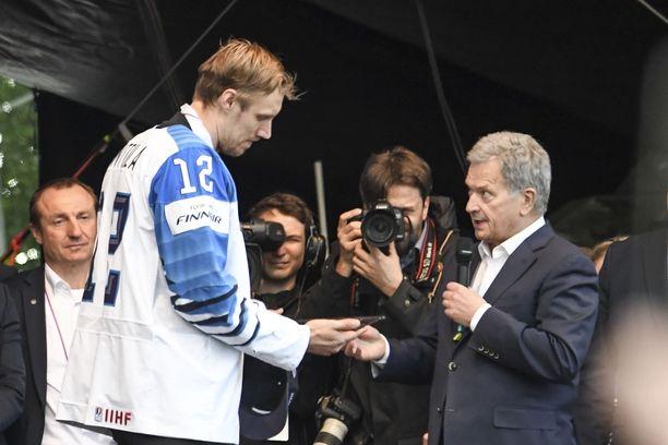 Tasavallan presidentti Sauli Niinistö lahjoitti Leijonien mestaruusjuhlissa Suomalaisen Työn Liiton avaimen kapteeni Marko Anttilalle.