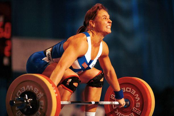 Karoliina Lundahl toi Suomeen EM-pronssia painonnostossa vuonna 2001. Anni Vuohijoki uusi tempun tänä vuonna.