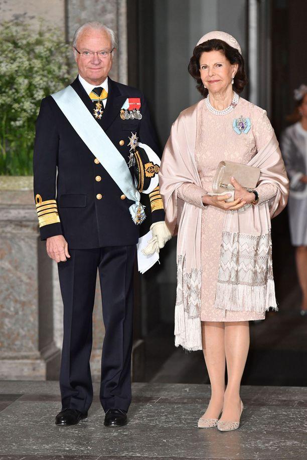 Kuningatar Silvia edusti tyylilleen uskollisena siistissä kotelomekossa.