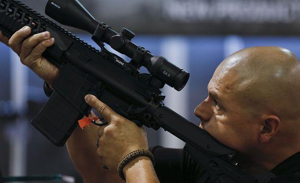 Texasilainen poliisi tutki kivääriä asemessuilla Las Vegasissa. Arkistokuva.