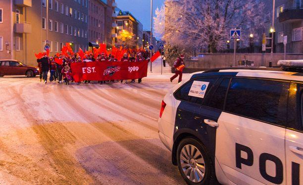 HIFK:n fanit saapuivat Sorsapuistoon poliisisaattueessa.