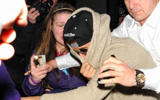 Justinilla tuntui olevan vaikeuksia selviytyä hotellilla päivystäneen fanilauman kynsistä.