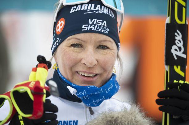 Riitta-Liisa Roponen on kiinni mestaruudessa.