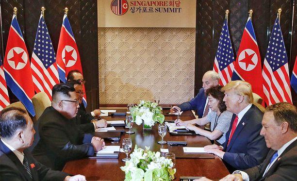 Trump ja Kim ovat istuneet yhteiseen neuvottelupöytään.
