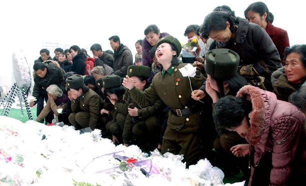 Pohjoiskorealaiset ikävöivät kuollutta johtajaansa Kim Jong-iliä vuonna 2011.
