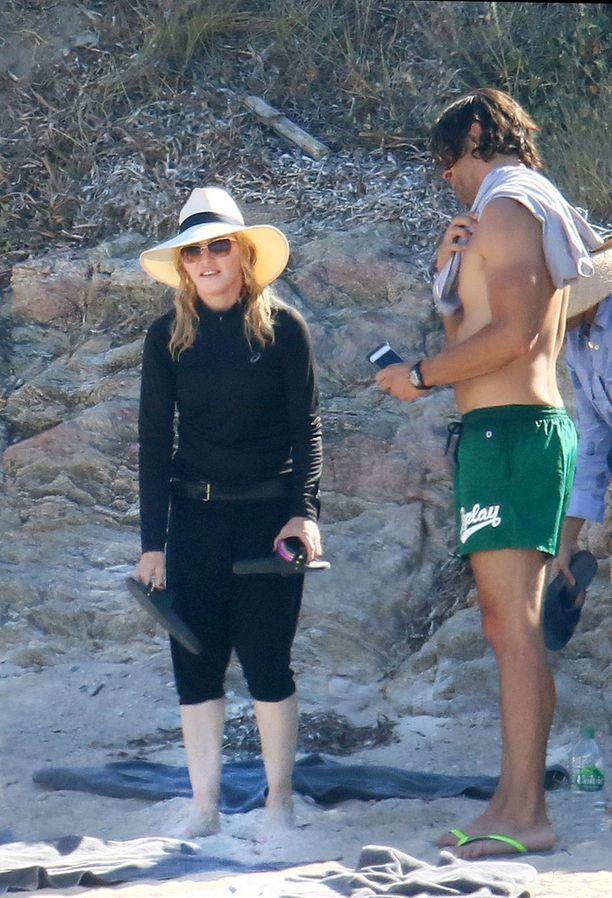 Madonnan rantaseurueeseen kuului useita miehiä.
