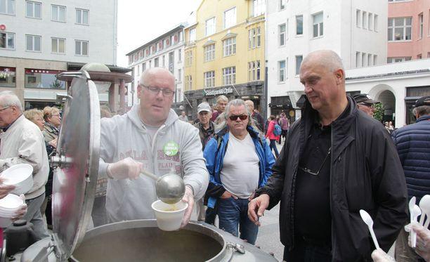 Kuntavaaliehdokas Kari Vuollo jakoi yleisölle hernesoppaa Rotuaarilla tiistaina. Soppatykkiin oli ladattu 140 litraa keittoa.