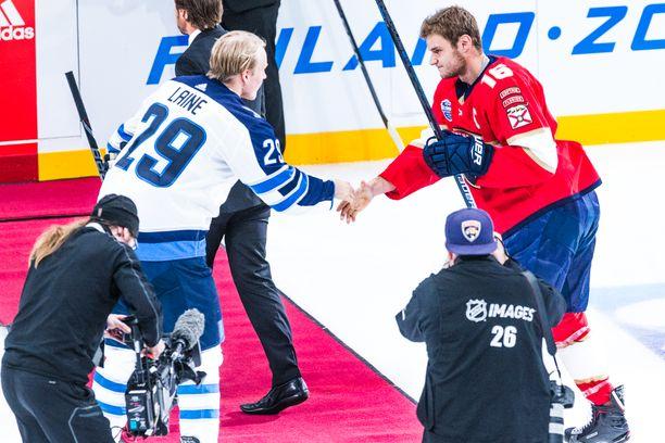 Kaverukset Patrik Laine ja Aleksander Barkov saattavat olla keväällä maajoukkueen käytettävissä. Kuva on marraskuulta 2018, jolloin Winnipeg Jets ja Florida Panthers kohtasivat Helsingissä.