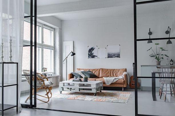 Lasinen tilanjakajaseinä antaa valon kulkea huoneesta toiseen sekä korostaa raikasta ja skandinaavista sisustusta. Helppo ja kaunis tapa jakaa tilaa!