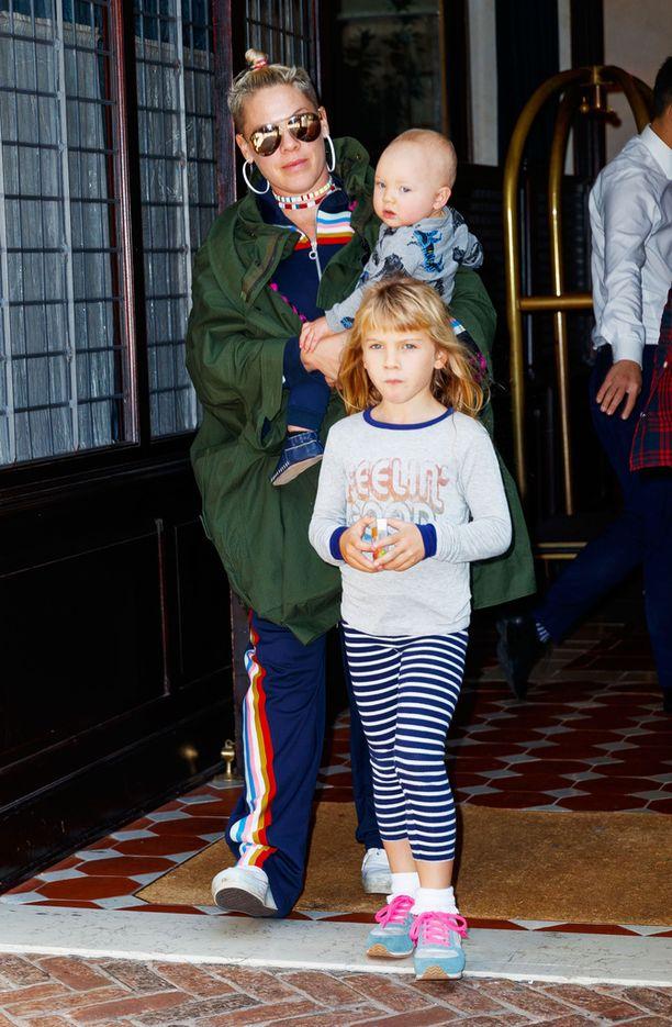 Pinkillä on kaksi lasta, Willow-tytär, 6, ja Jameson-poika, 11 kuukautta.