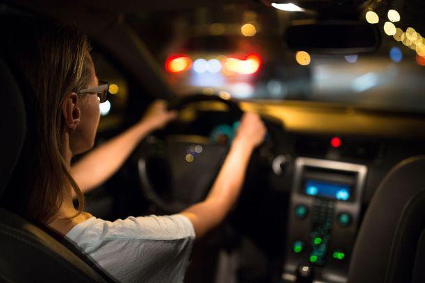 Kuljettajan on nähtävä hyvin kauas, mutta silmien on mukauduttava nopeasti katsomaan myös mittareita.