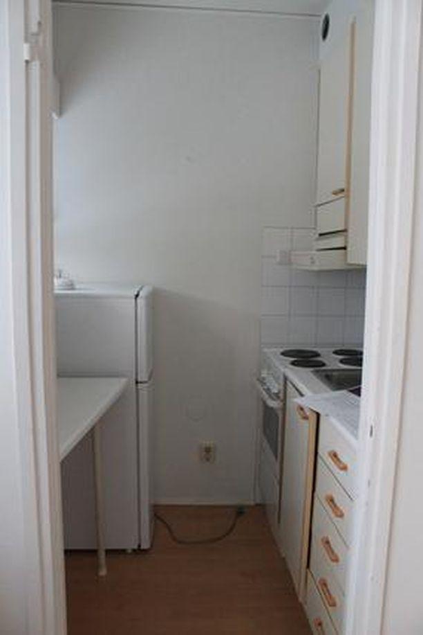 Tässä kodissa on pieni keittokomero. Ilmoituksessa kerrotaan, että kylpyhuone uusittiin putkiremontin yhteydessä vuonna 2012.