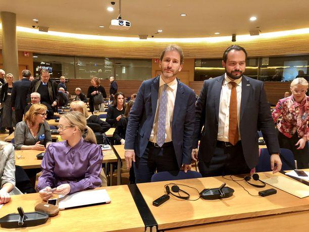 Viiden tähden liikkeen taustavaikuttaja Davide Casaleggio ja europarlamentaarikko Fabio Massimo Castaldo puhuivat Liike Nytin järjestämässä seminaarissa.