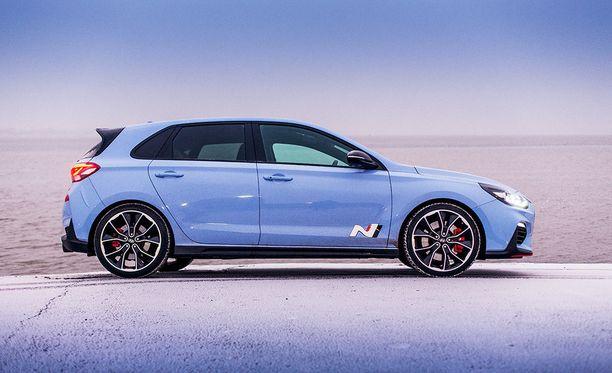 Performance Blue tuo mieleen moottoriurheilun. Auton saa myös hillitymmillä väreillä.