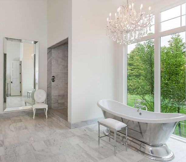 Kodissa on silmiinpistävän naisellinen tunnelma. Kylpyhuoneesta löytyy herkkä amme ja kristallikruunu.