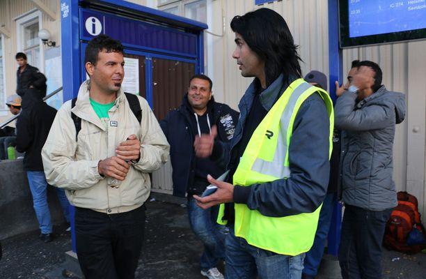 Amjad Dawoud tulkkaa ja opastaa Kemin rautatieasemalle tulevia turvapaikanhakijoita.