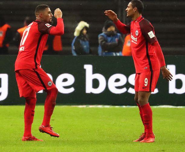Eintracht Frankfurtin Kevin-Prince Boateng (vas.) juhlii voittomaaliaan seuranaan Sebastien Haller.