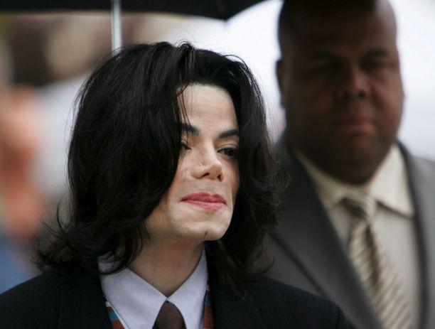 Michael Jackson kuvattuna Santa Barbarassa vuonna 2005 toisen hyväksikäyttöoikeudenkäynnin yhteydessä.
